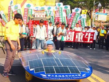 A solar-powered vehicle from National Kaohsiung University of Applied Sciences leads an antinuclear energy protest in Kaohsiung. Photo: Ke Yu-hao, Taipei Times