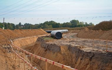 Natural gas pipeline under construction. Photo by Monster4711. Wikimedia Commons