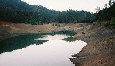 Low levels of water in Lake Shasta within the Shasta-Trinity National Forest, California. Photo by Bobjgalindo. Wikimedia Commons.