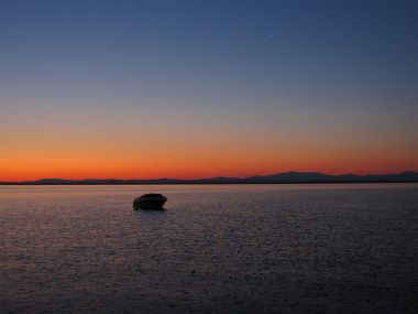 Lake Champlain and mountains in Vermont at sunrise. Photo by Ammunation1. Creative Commons Attribution-Share Alike 3.0 Unported license. Wikimedia Commons.
