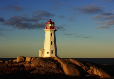 Peggys Cove lighthouse: Nova Scotia's long Atlantic coastline is ideal for tidal power. (Bob Jagendorf via Wikimedia Commons)