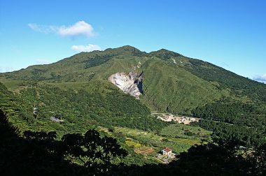 Chihsingshan (七星山), the highest peak of the Tatun volcanoes. Photo by peeliden. GNU Free Documentation License, Wikimedia Commons.