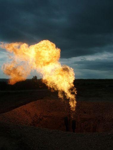 Bakken Flaring Gas at night. Photo byJoshua Doubek.CC BY-SA 3.0.