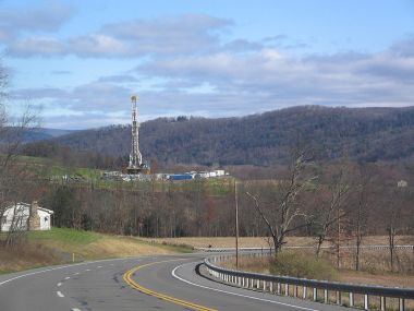 Tower for drilling horizontally into the Marcellus Shale Formation for natural gas. Photo by Ruhrfisch. GFDL. CC-BY-SA. Wikimedia Commons.