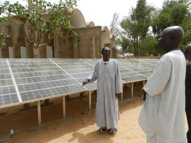 Solar system in Dakar, Senegal. Photo by Fratelli dell'Uomo Onlus, Elena Pisano. CC BY-SA 3.0. Wikimedia Commons.