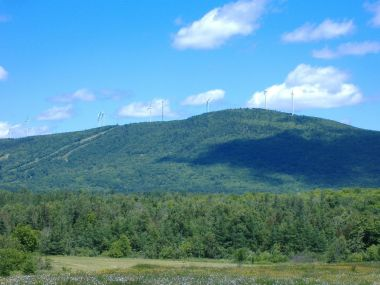 The Mars Hill Wind Farm in Maine has 28 GE Energy 1.5 MW wind turbines. Photo by Michael Surran. CC BY-SA 2.0 Wikimedia Commons.