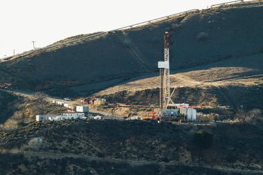 Equipment on a ridge in Southern California Gas Company's vast Aliso Canyon facility, site of the gas leak. Photo by Scott L from Los Angeles, USA. CC BY-SA 2.0. Wikimedia Commons.