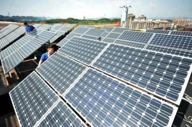 Workers install solar panels on the rooftop of a company in Shangrao, Jiangxi province, China, October 11, 2015. Reuters / Stringer