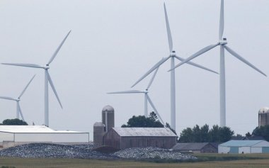Turbines on a We Energies wind farm near Johnsburg in northeastern Fond du Lac County in 2014. Credit: Mark Hoffman