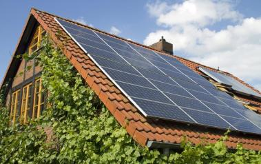 Rooftop solar array. Featured Image: Ralf Gosch/Shutterstock.com