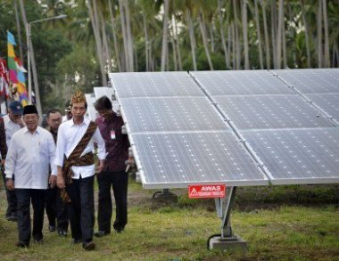President Joko Widodo (center) inspects a solar power plant. (Antara/Yudhi Mahatma)