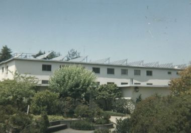 Solar collectors on dorm at Humboldt State College in Arcata, California. Photo by Robert Ashworth. CC BY-SA 2.o generic. Wikimedia Commons.