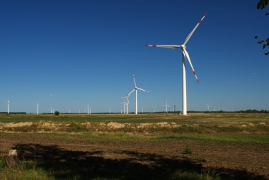 Wind turbines in Changling, China. Photo by 大漠1208. CC BY-SA 3.0 unported. Wikimedia Commons.
