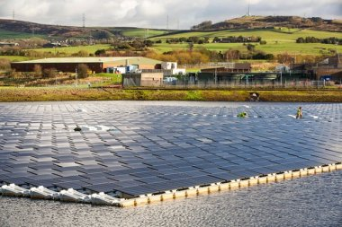 The new floating solar farm on Godley reservoir in Hyde, Manchester, UK. Photo: Ashley Cooper/Alamy