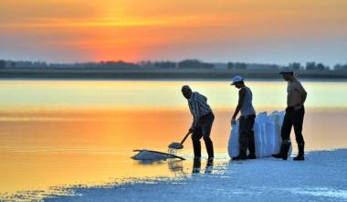 Workers extract salt near the Russian town of Barnaul in 2011. | AFP-JIJI