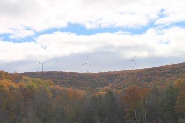 Wind turbines from the Pumping Station Reservoir. Photo by Jakec. CC BY-SA 4.0. Wikimedia Commons.
