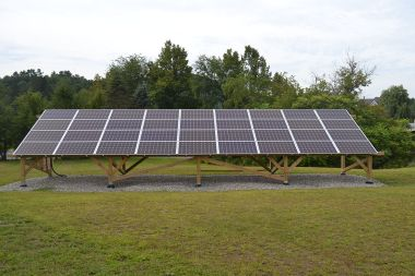 Vermont Law School 9.36 kW solar array. Photo by SayCheeeeeese. CC BY-SA 1.0 Wikimedia Commons.