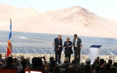 The 100-MW Amanecer Solar Park in Chile by SunEdison. Author: Gobierno de Chile. License: Attribution 2.0 Generic.