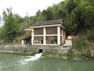 A small hydroelectric station across the creek from Yanxiang Lou. Photo by Vmenkov. CC BY-SA 3.0. Wikimedia Commons.