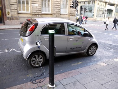 Electric car charging in the UK. (Andrew Curtis, Wikimedia Commons. CC BY-SA 2.0)