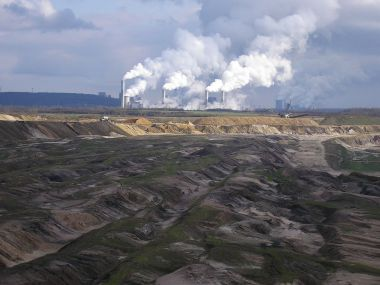 German lignite mine and power station. German utilities are divesting of fossil fuel assets.  (Photo by Chris06, placed into the public domain, Wikimedia Commons)