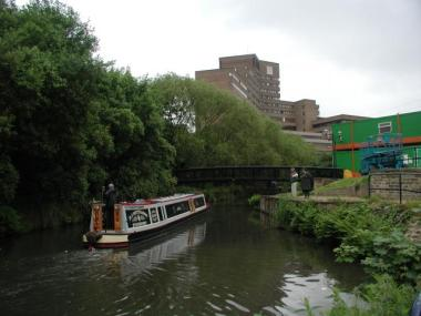 Huddersfield Narrow canal, university in the background (photo by David Stowell, CC BY SA, Wikimedia Commons)