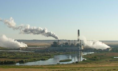Wyoming coal plant (Photo by Greg Goebel from Loveland CO, CC BY-SA, Wikimedia Commons)