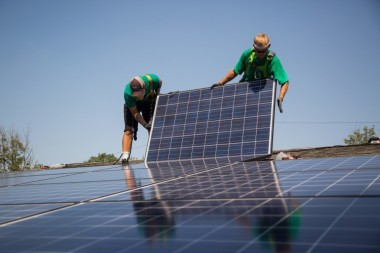 SolarCity employees install solar panels  (Michael Nagle / Bloomberg)