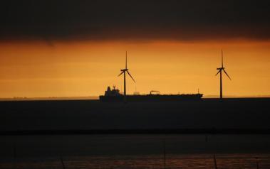 Wind turbines at sea (Photo: Harvey Barrison, CC BY SA)