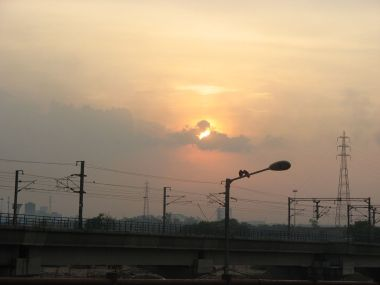Delhi Metro Rail Track in Sunset (Photo by Rameshng,  released into the public domain, Wikimedia Commons)