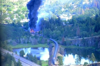 Rail cars burn near the Columbia River Gorge, June 3, 2016. (Photo: Coast Guard PFC Levi Read, Public domain)