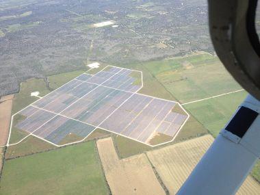 Solar farm near Austin (The tdog, Wikimedia Commons)