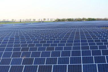 Solar array in the Ukraine  (Photo:Lujkin8, Wikimedia Commons)