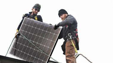Installing solar panels (Kenneth K. Lam / Baltimore Sun)