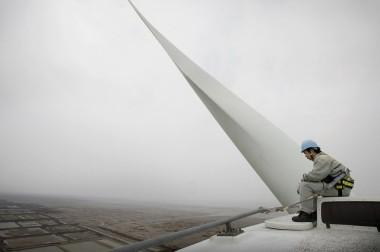 Inspecting a Chinese wind turbine (Image: The  Danish Wind Industry Association, CC BY-NC-ND 2.0)